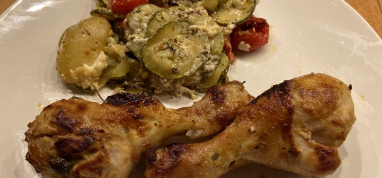 Rezept: Hähnchenschenkel mit Rosmarinkartoffeln, Zucchini, Tomaten und Feta
